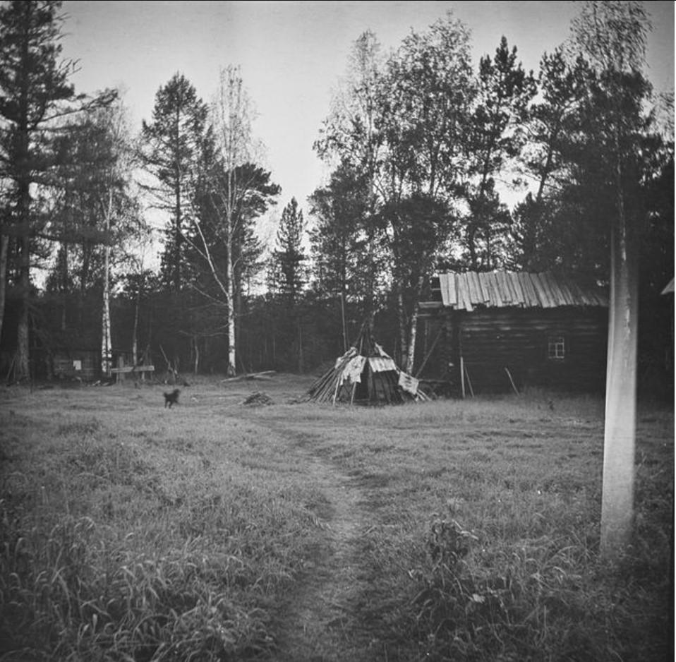 Юрта возле сельского дома