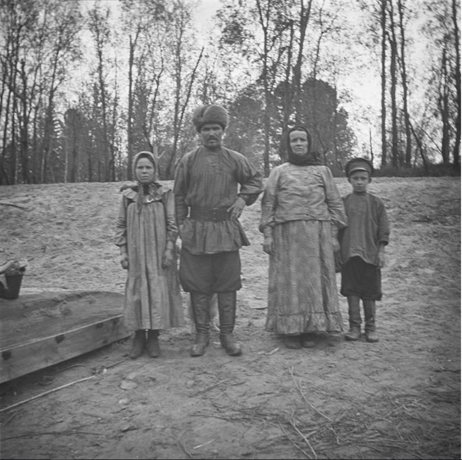 Алексей Арбалдаев со своей невестой и матерью будущей жены