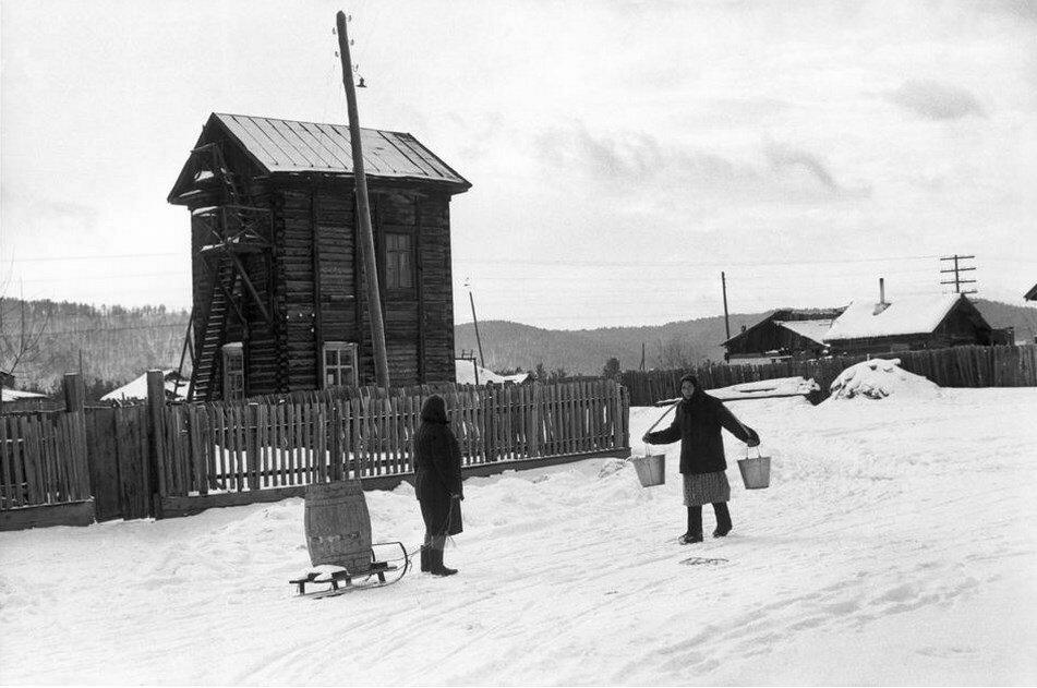 1972. Иркутская область. Колонка для воды в деревне на реке Ангара, недалеко от озера Байкал