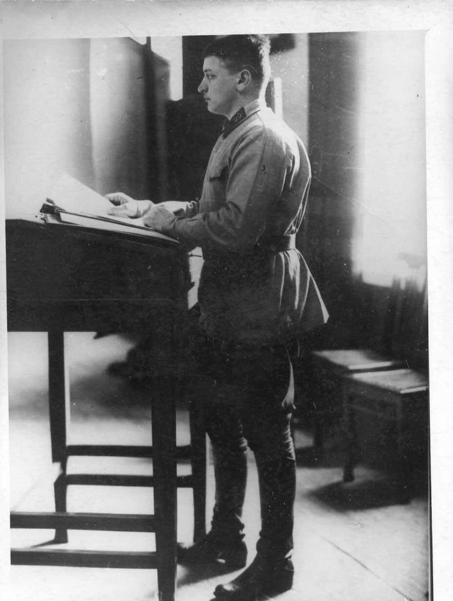 Член Военного Совета республики М.Н.Тухачевский позирует художнику Бродскому для картины «Заседание Военного Совета республики».1927