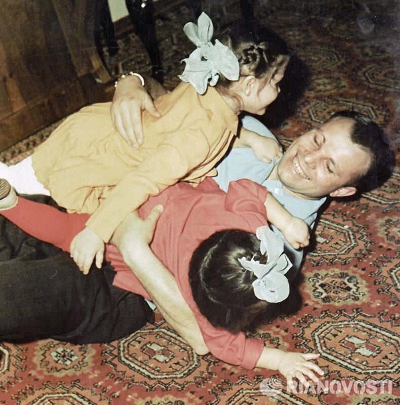 1179 Гагарин с дочерьми Еленой и Галей.jpg