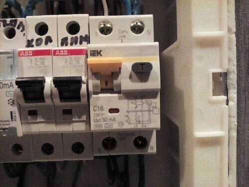 Вызов электрика аварийной службы в салон красоты из-за периодических самопроизвольных отключений вентиляции