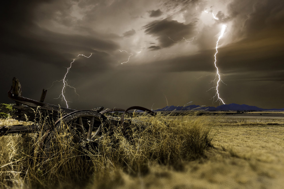 В 1989 году был обнаружен особый вид молний — эльфы, молнии в верхней атмосфере. В 1995 году бы
