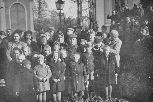 Первоклассники 1-й русской школы пришли в Собор на молебен перед началом учения 1 сентября 1945 года.