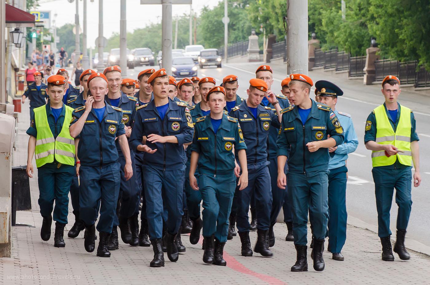 Фотография 20. Как фотографирует зеркальный фотоаппарат Nikon D5100 с телеобъективом Nikon 70-300. Идут солдаты по улице... (1000, 125, 6.3, 1/80)