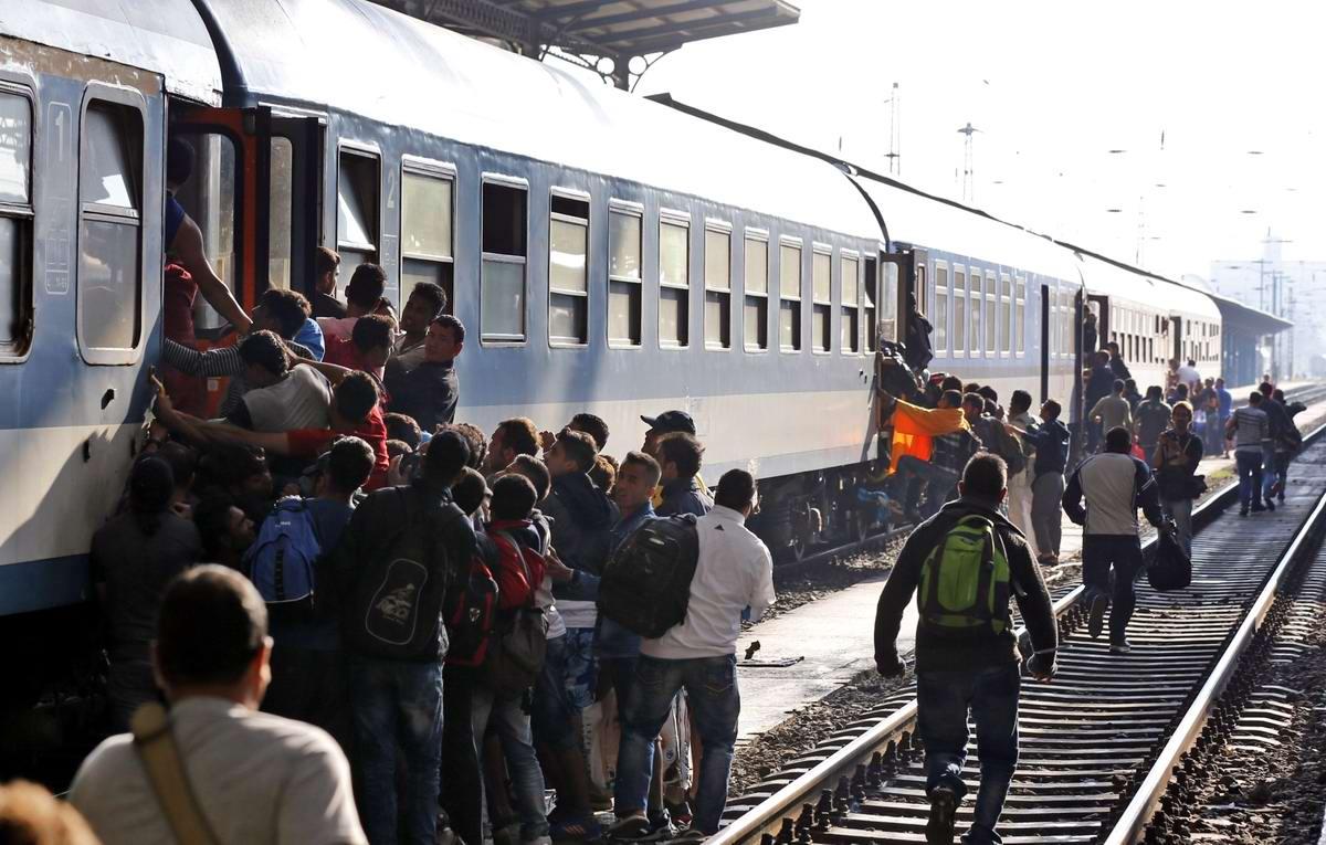 Штурм Будапешта: Мигранты с Ближнего Востока на ж/д вокзал венгерской столицы (27)