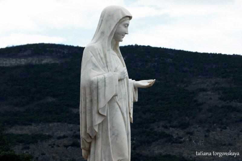 Статуя Девы Марии на месте явлений