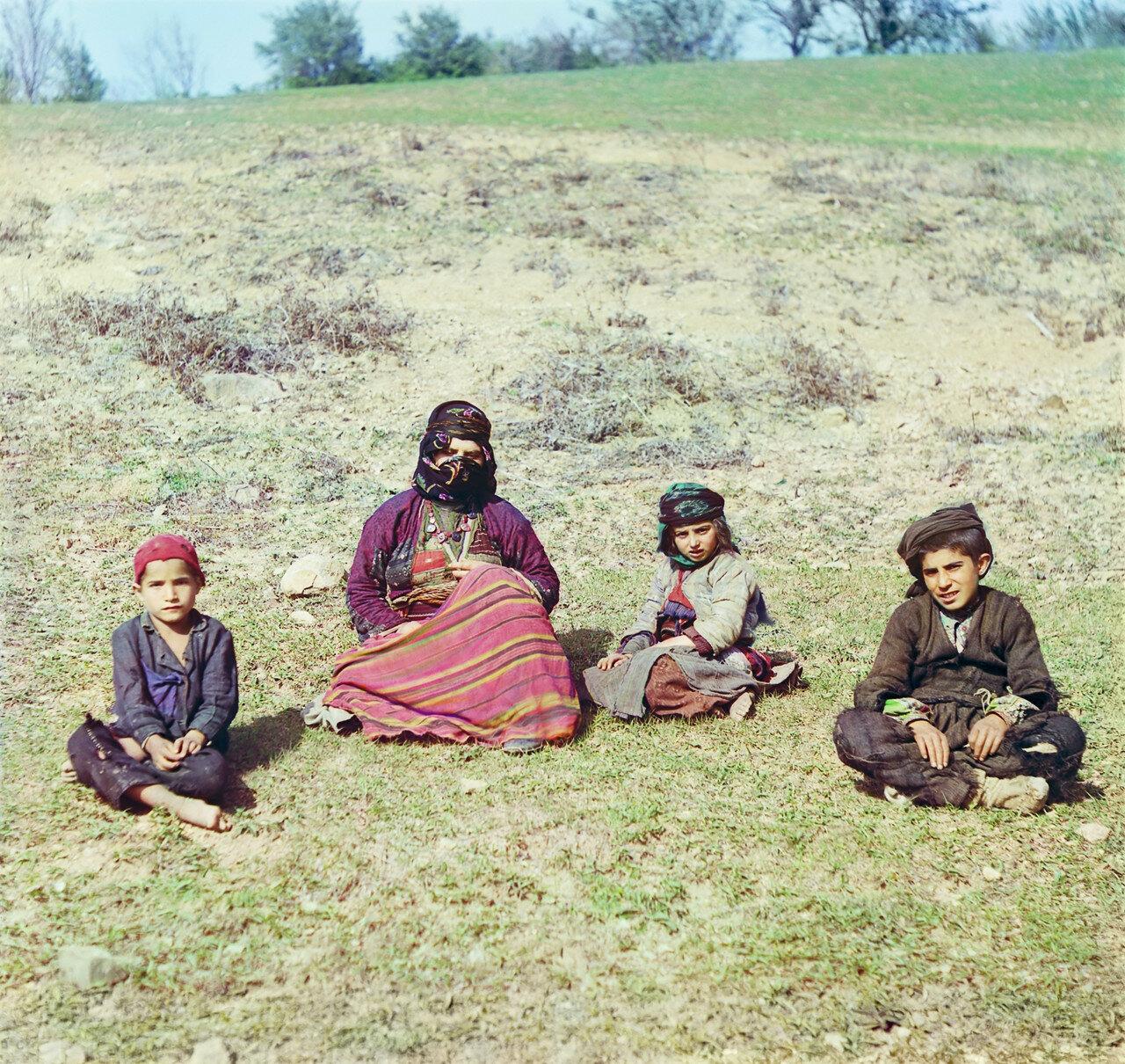 Окрестности Батума. Артвин. Курдская женщина с детьми. Близ села Кварцхана