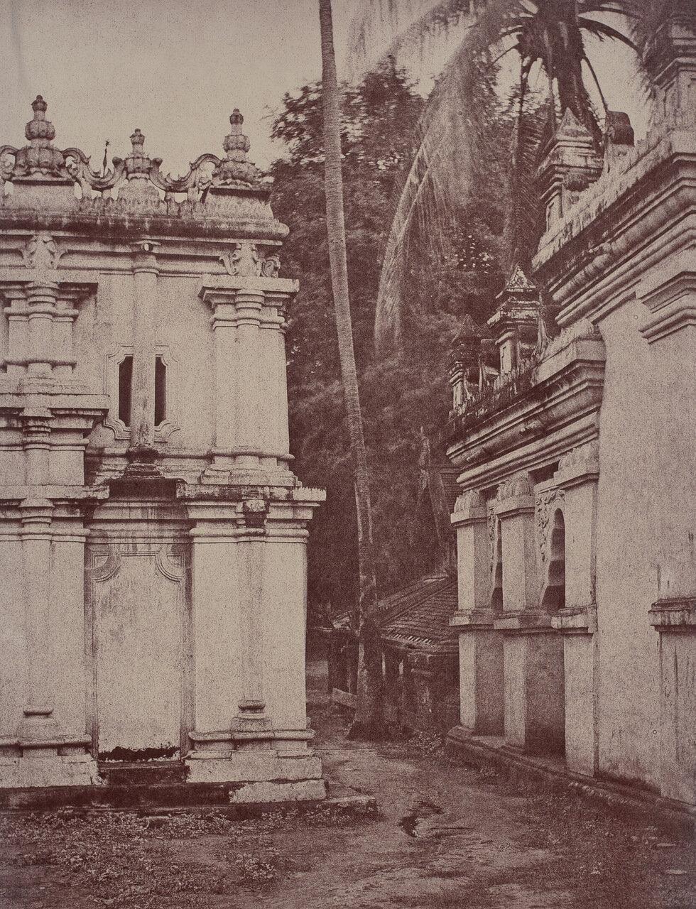 Амерапура. Проход между пагодами