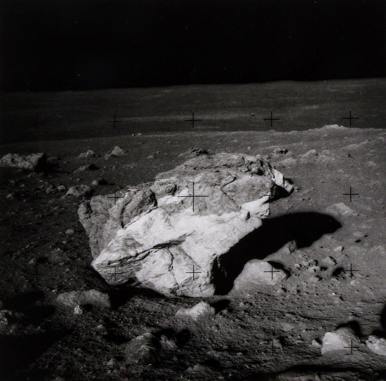 Астронавтам приказали взять образцы белых камней и немедленно возвращаться к лунному модулю по максимально короткой траектории. На снимке: Поле валунов вблизи конуса кратера