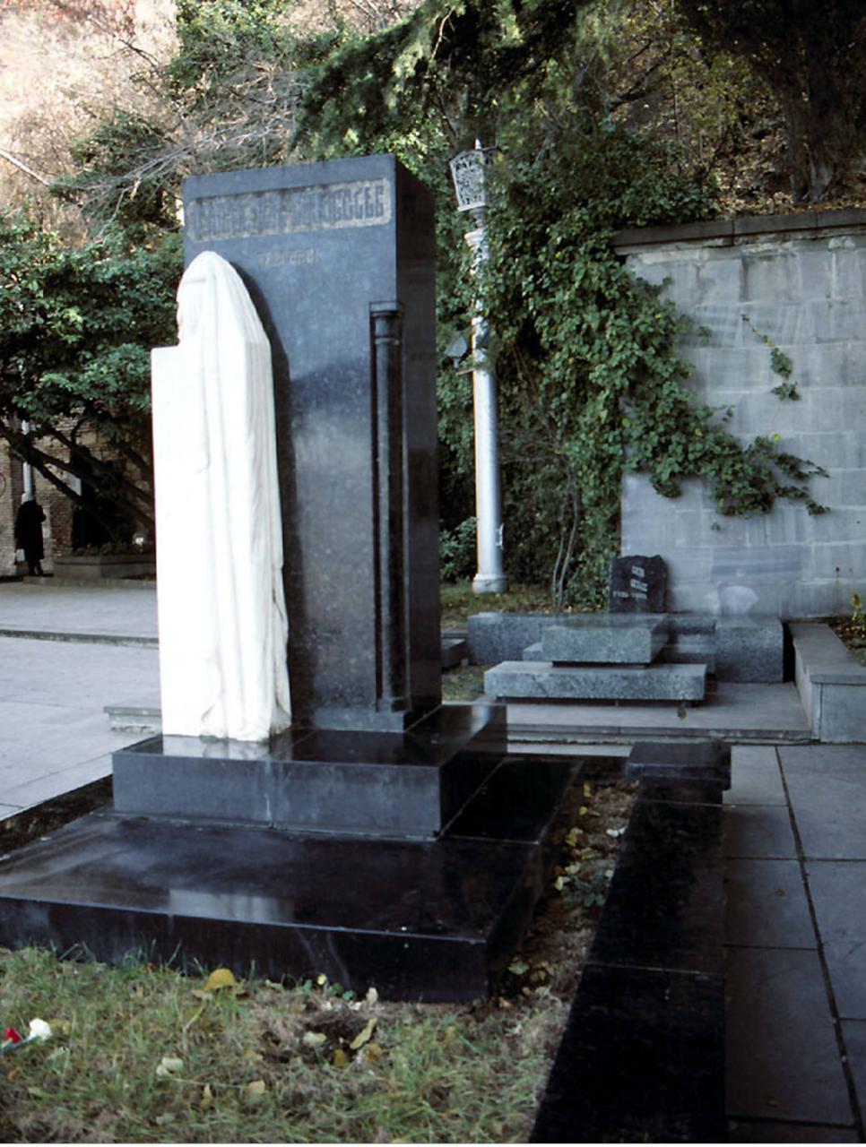 Гори. Надгробный камень на могиле матери Сталина
