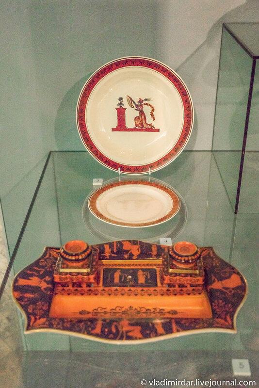 Тарелка, тарелка десертная и чернильный набор с декором «в этрусском вкусе».