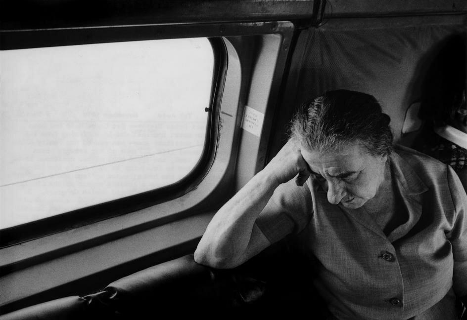 Премьер Израиля Голда Меир летит на Синай в армейском вертолёте с начальником Генштаба (Хаим Бар-Лев). 1970-й год. фото Миша Бар-Эм(1930-);