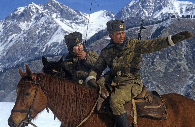 1984 Конный наряд на горном участке советско-китайской границы, пограничная застава (погранзастава) Хоргос, КазССР, 1 сентября 1984 года, фото Юрий Куйдин.jpg