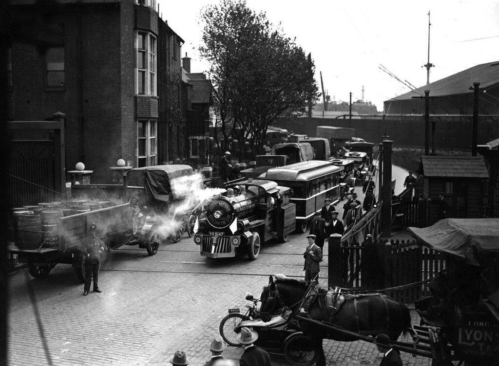 Безрельсовый поезд доставил короля Георга V на станцию в Лондоне, 1926 год.jpg