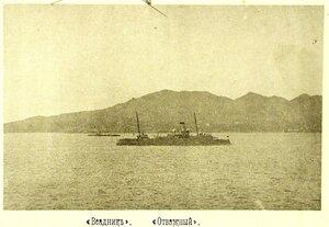 Уход минного крейсера Всадник в Шанхай для исправления повреждений; на первом плане - мореходная канонерская лодка Отважный