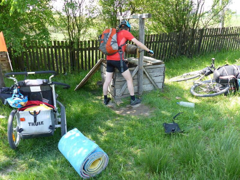набираем воду из колодца в велопоходе по сербии