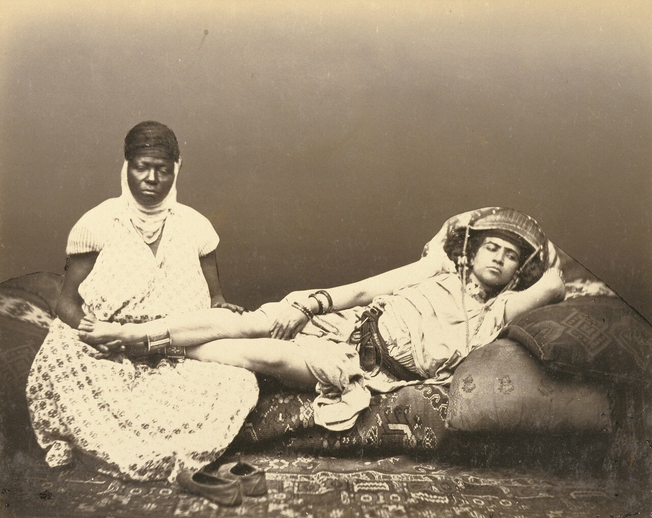 Мавританская женщина с горничной (фотограф Феликс Мулен, 1856-1857)