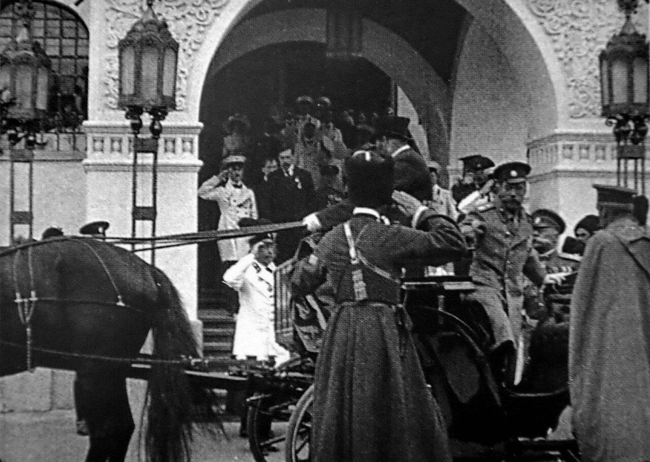 Улица Большая Покровская. Николай II покидает Государственный банк.