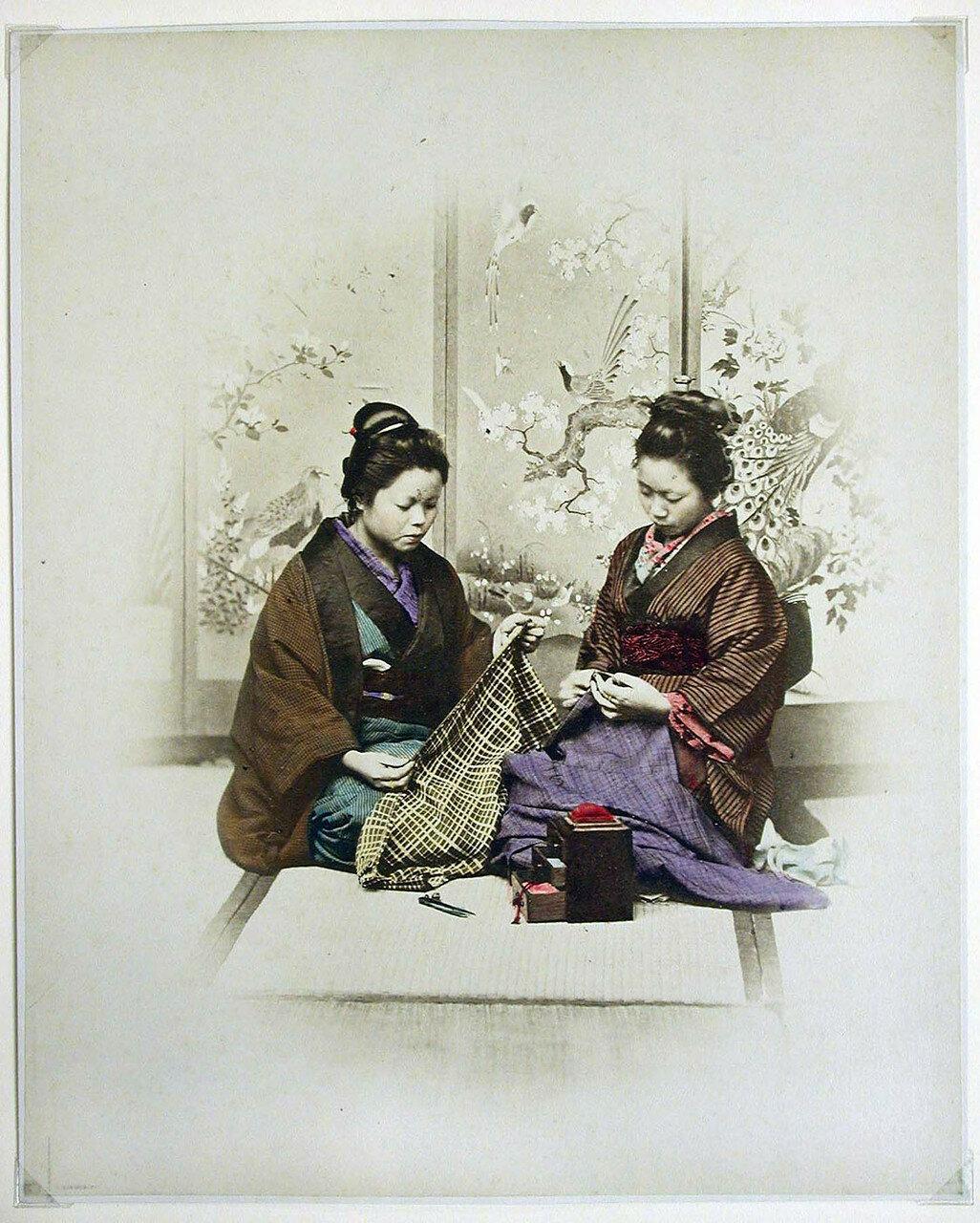 Две женщины за шитьем