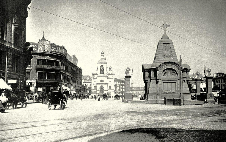 204. Моисеевская площадь на пересечении улиц Охотный ряд и Тверская. 1914