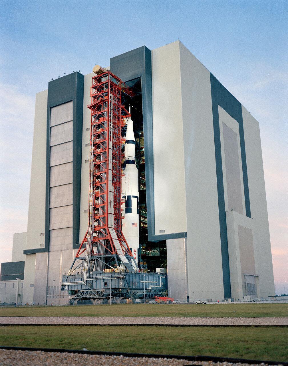 Ракета-носитель с кораблём была вывезена на стартовую площадку 9 ноября 1970 года. В декабре 1970 года были обнаружены неполадки в бортовом компьютере отсека экипажа и в одном из переключателей, а также трещина в сварном шве кислородного бачка.
