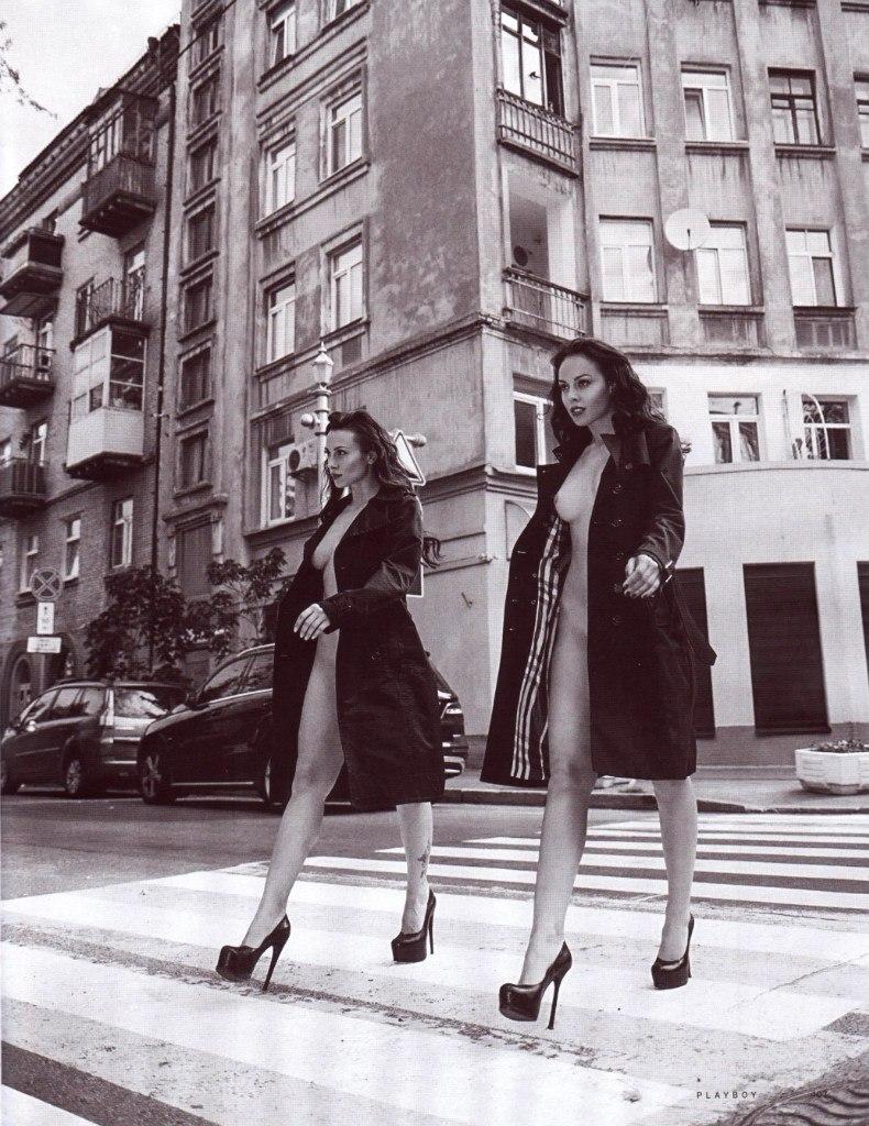 Две обнажённые девушки гуляют по осеннему Киеву 05