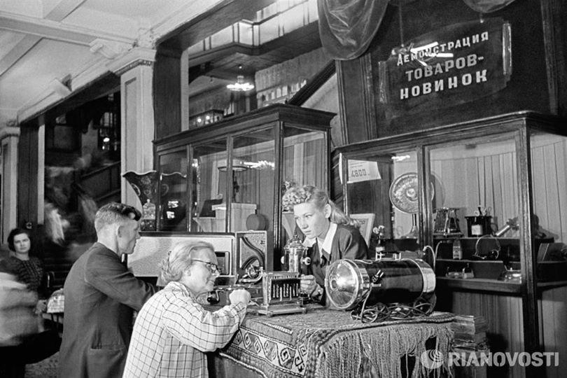 Демонстрация товаров – новинок в Центральном универсальном магазине (ЦУМ). Москва, 1948 год. РИА Фото, Анатолий Гаранин.jpg
