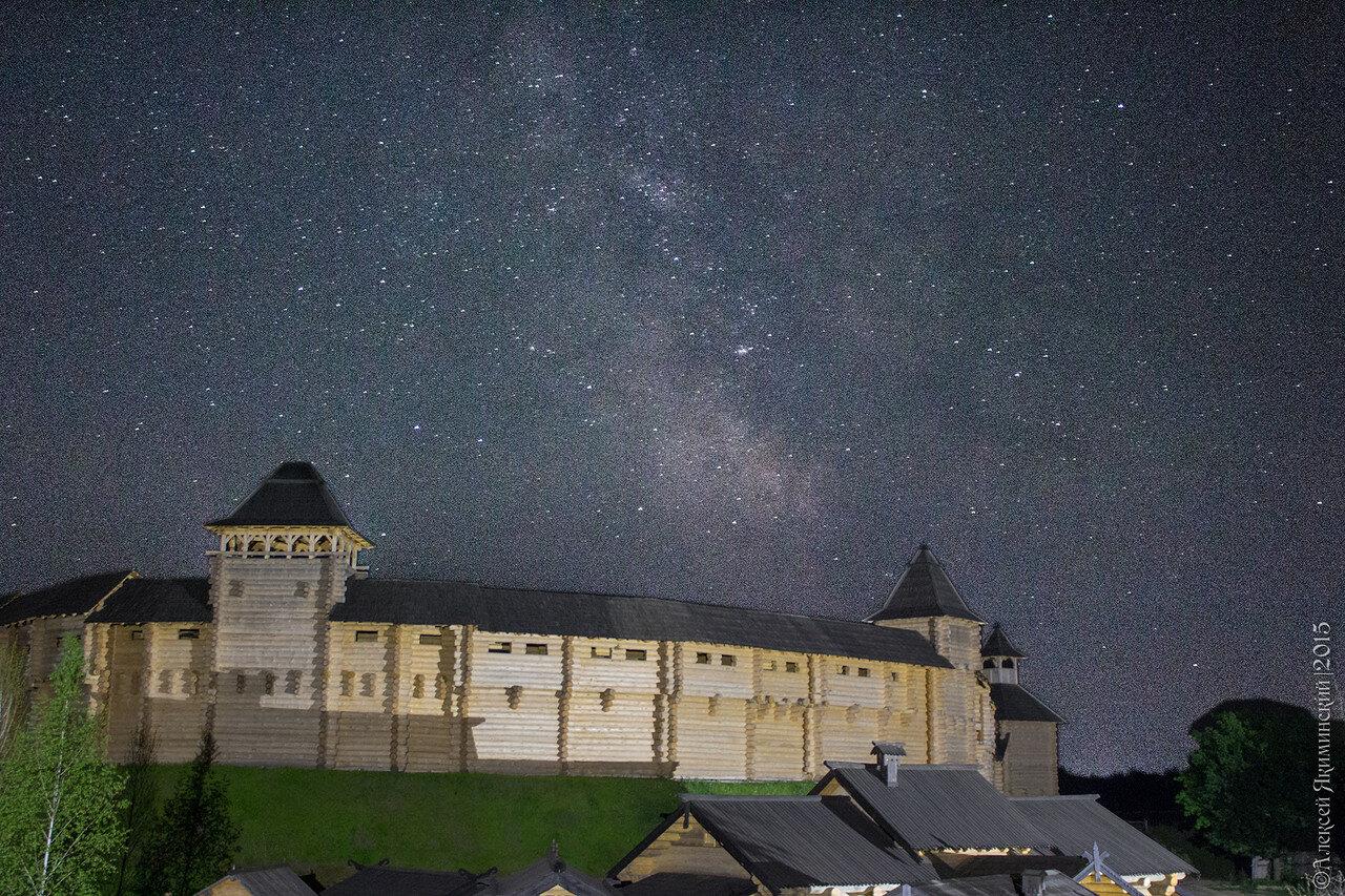 Еще один ракурс защитной стены Заборолы и ночное небо в Древнем Киеве в Парке Киевская Русь