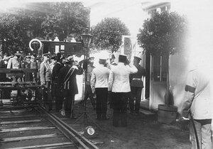 Император Николай II и сопровождающие его лица у павильона Николаевской железной дороги в Железнодорожном отделе.