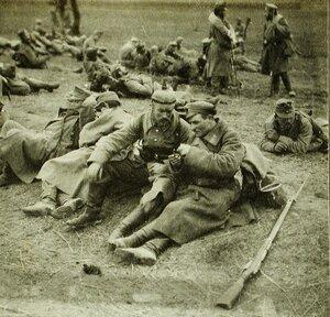 Пленные австрийские и немецкие солдаты на привале; на переднем плане - немецкий солдат беседует со своим русским конвоиром.