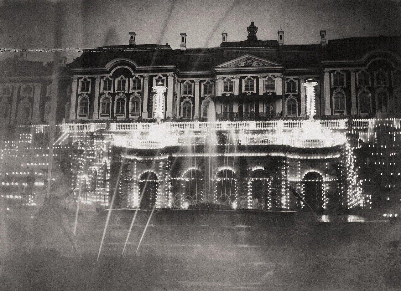 Большой дворец в Петергофе во время ночной иллюминации 1893
