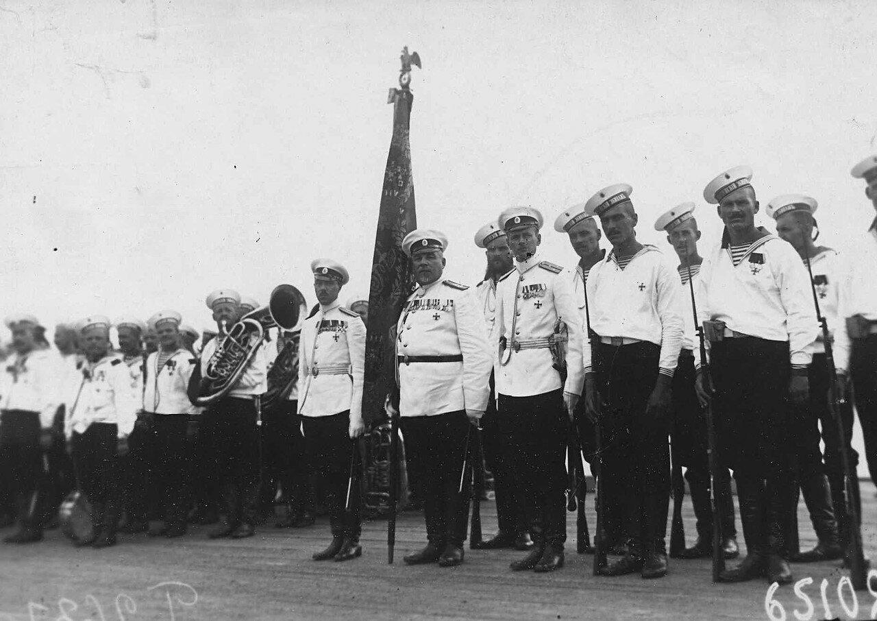 54. Почетный караул 1-го Балтийского флотского экипажа в ожидании прибытия Р.Пуанкаре на Петергофской пристани