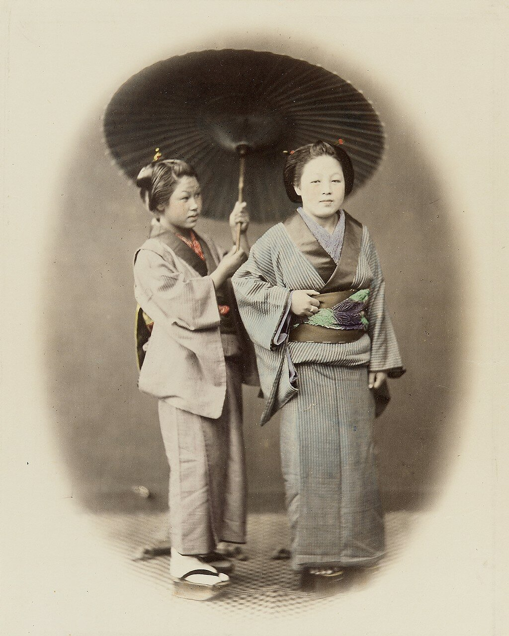 Женщины с зонтом