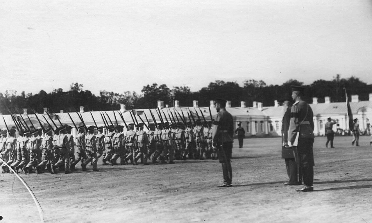 18. Отряд воспитанников с ружьями на плече проходит мимо императора Николая II