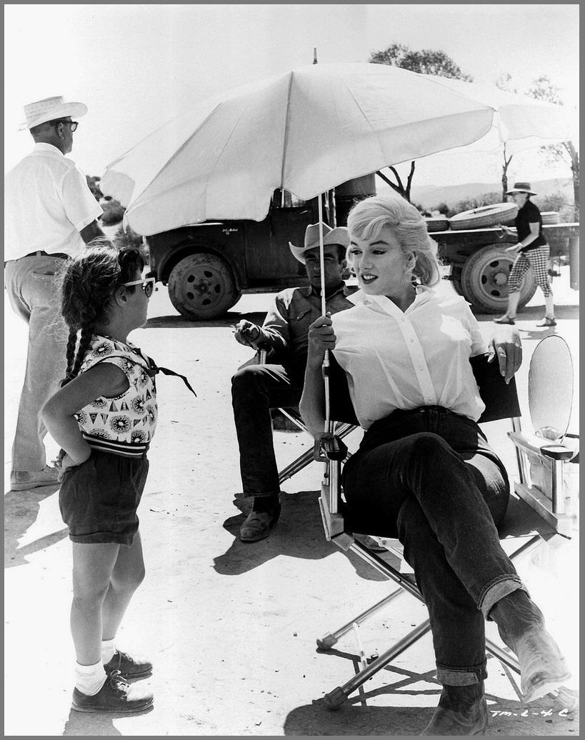 Мэрилин Монро и Монтгомери Клифт на съёмках фильма _Неприкаянные_, 1960 (Невада и рядом)