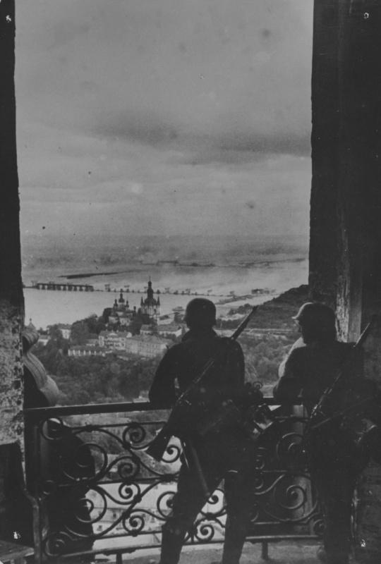 Два немецких солдата смотрят на Киев с колокольни Киево-Печерской лавры