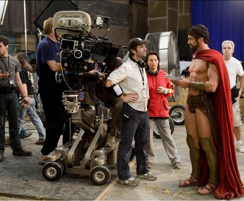 «300 спартанцев» Режиссер Зак Снайдер кажется таким низкорослым по сравнению с Леонидом.jpg