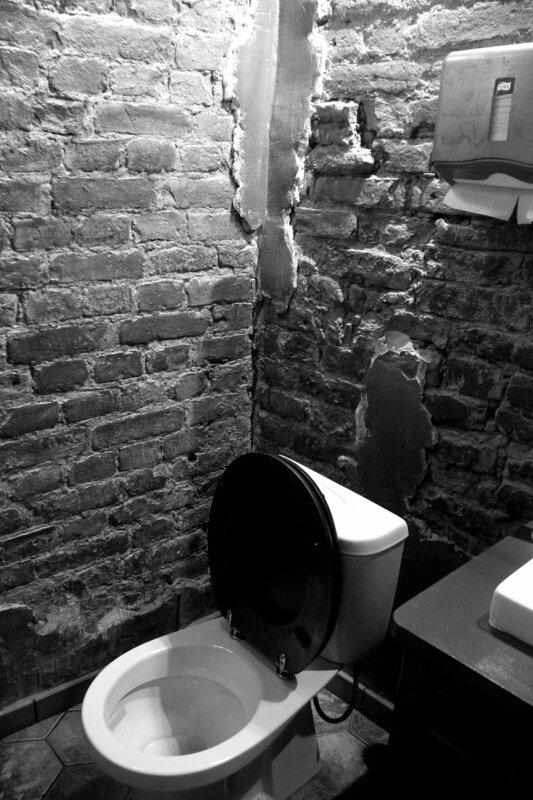 seks-v-tualete-prilichnogo-restorana-lateksnie-muzhskie-kolgotki