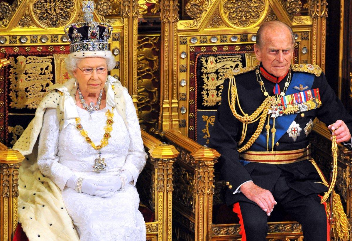 Филипп сидит с Ее Величеством, пока она произносит речь в Парламенте.
