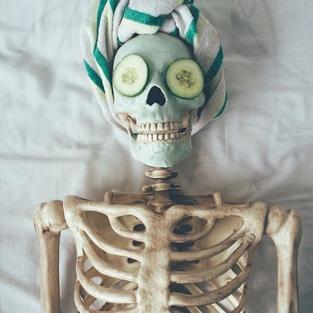 скелет-пародия-на-девушек.jpg