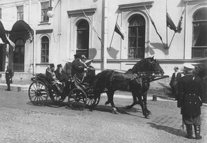 Приезд сопровождающих персидского шаха Мозафара эд-дина лиц в экипаже на Николаевский вокзал для отбытия из Петербурга.