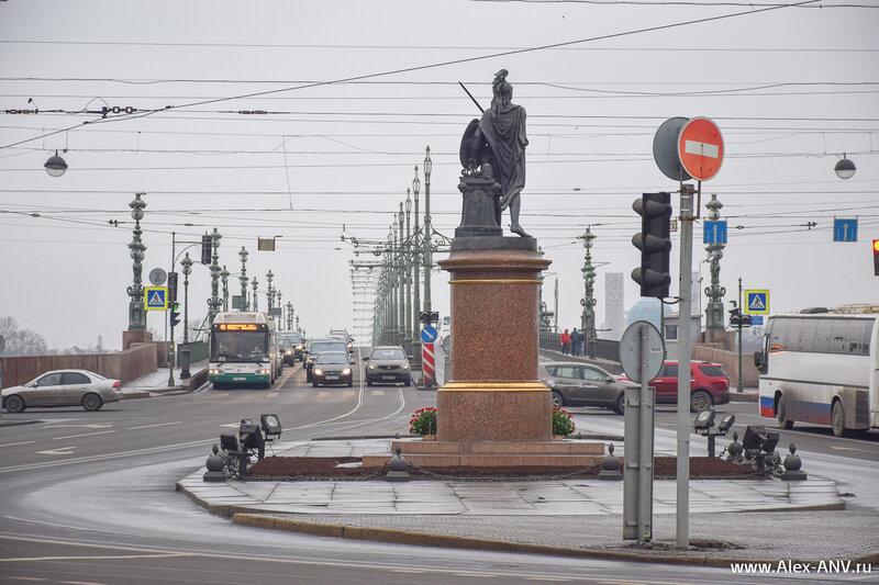 Рядом с Летним садом, между Марсовым полем и Троицким мостом расположена Суворовская площадь. Угадайте, чей памятник там стоит?