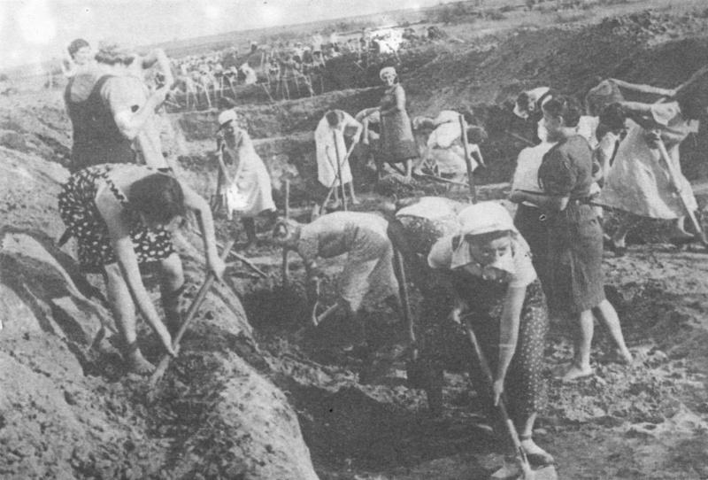 Жительницы Ленинграда роют противотанковый ров. 07.41.jpg