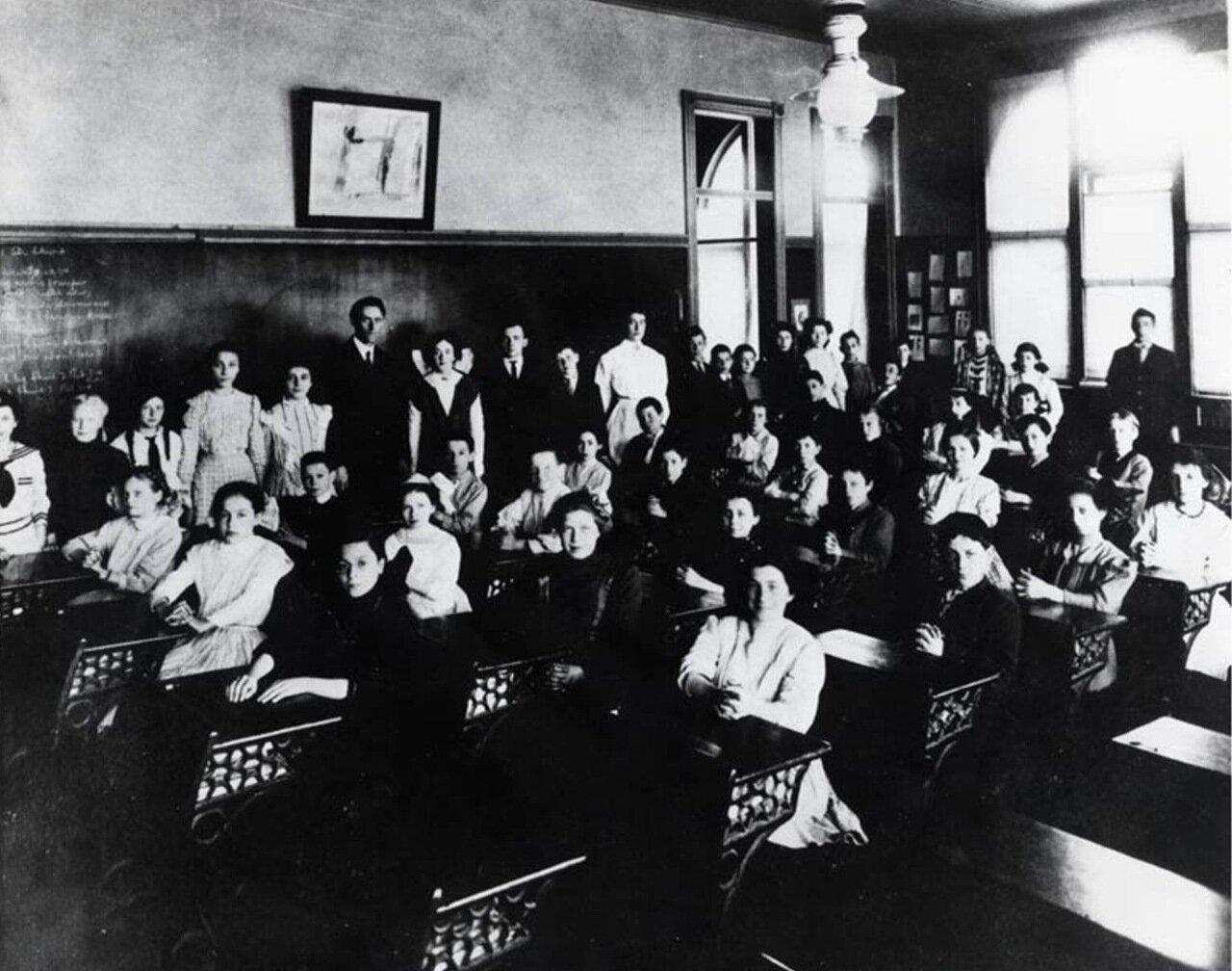 1911. Голда Меир в 8-м классе в 4-й школе в Милуоки, Висконсин