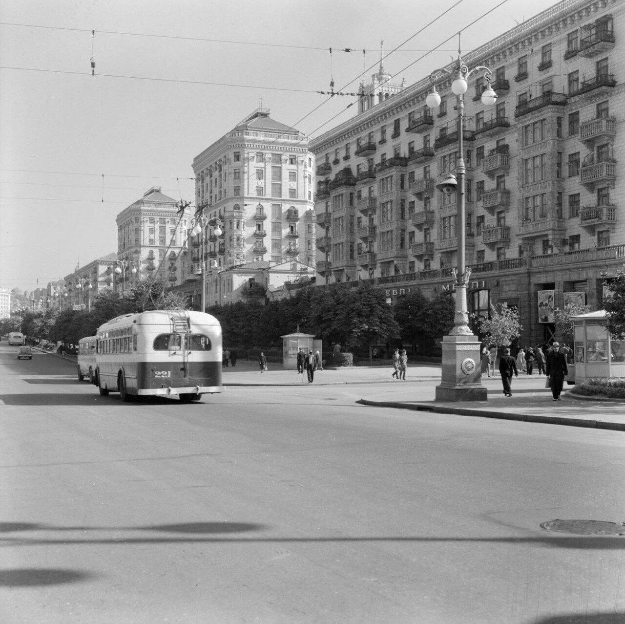 Троллейбус на киевской улице