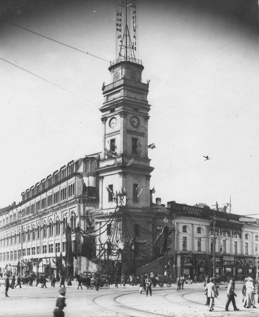 115. Здание Городской думы, украшенное в честь приезда Р.Пуанкаре