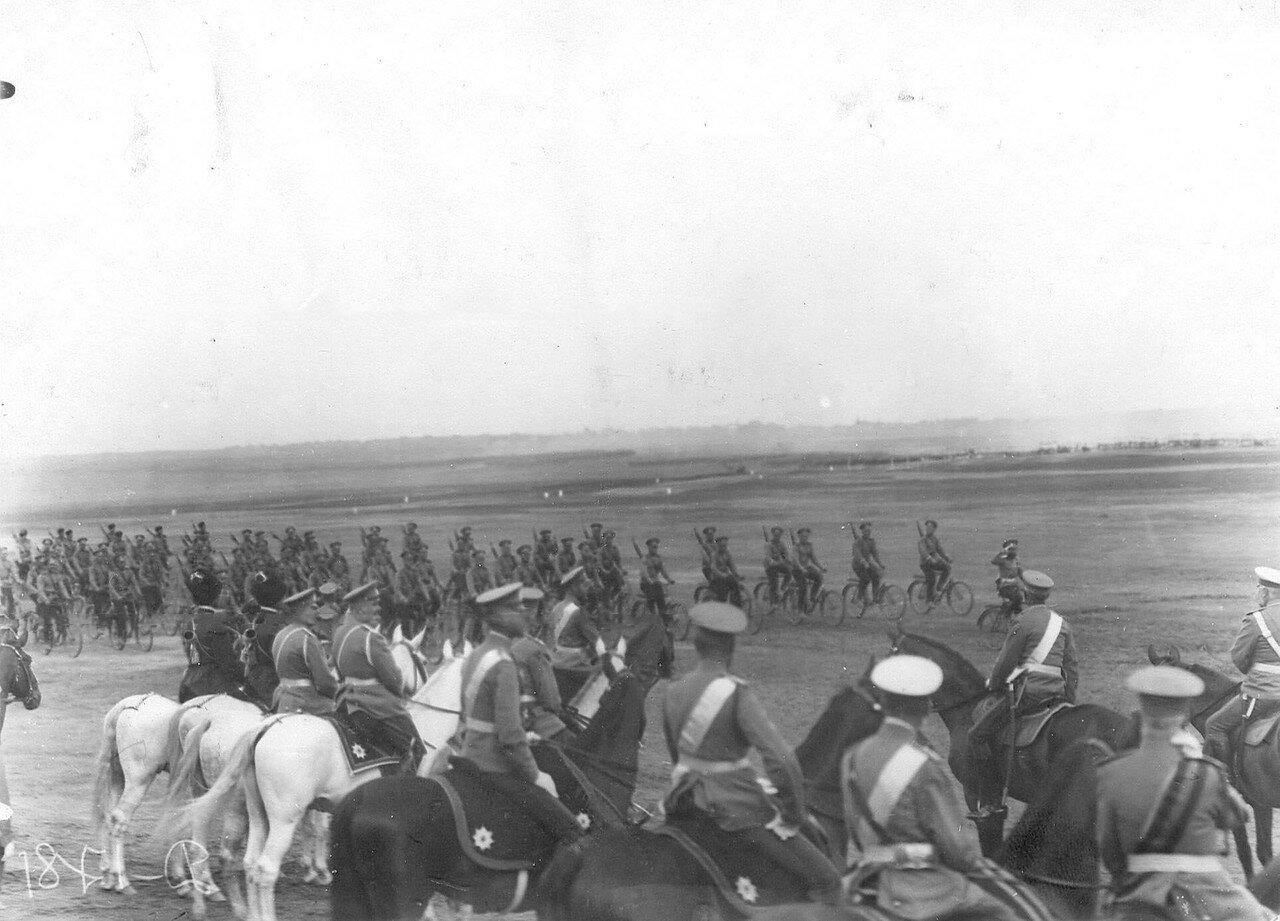 08. Самокатчики проезжают мимо императора Николая II и его свиты на лагерном сборе войск. 25 июля 1913