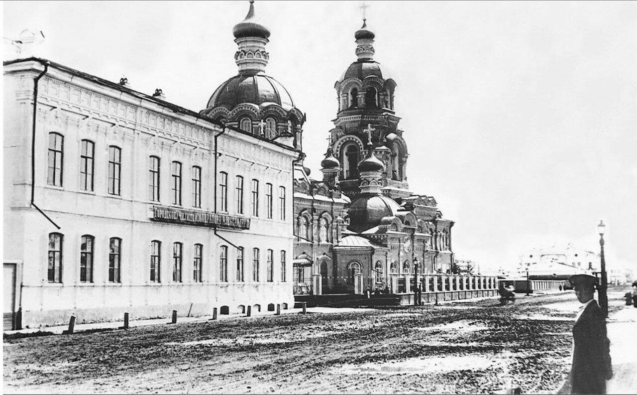 Иркутское городское училище имени Александра III и Благовещенская церковь на Большой улице