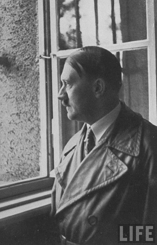 Гитлер во время посещения совей тюремной камеры в тюрьме Ландсберг, где он написал «Mein Kampf» десять лет назад. 1934 г.